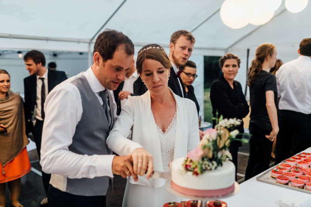 Hochzeitsfotografie Stuttgart Anne und Markus Hochzeitstorte Anschnitt