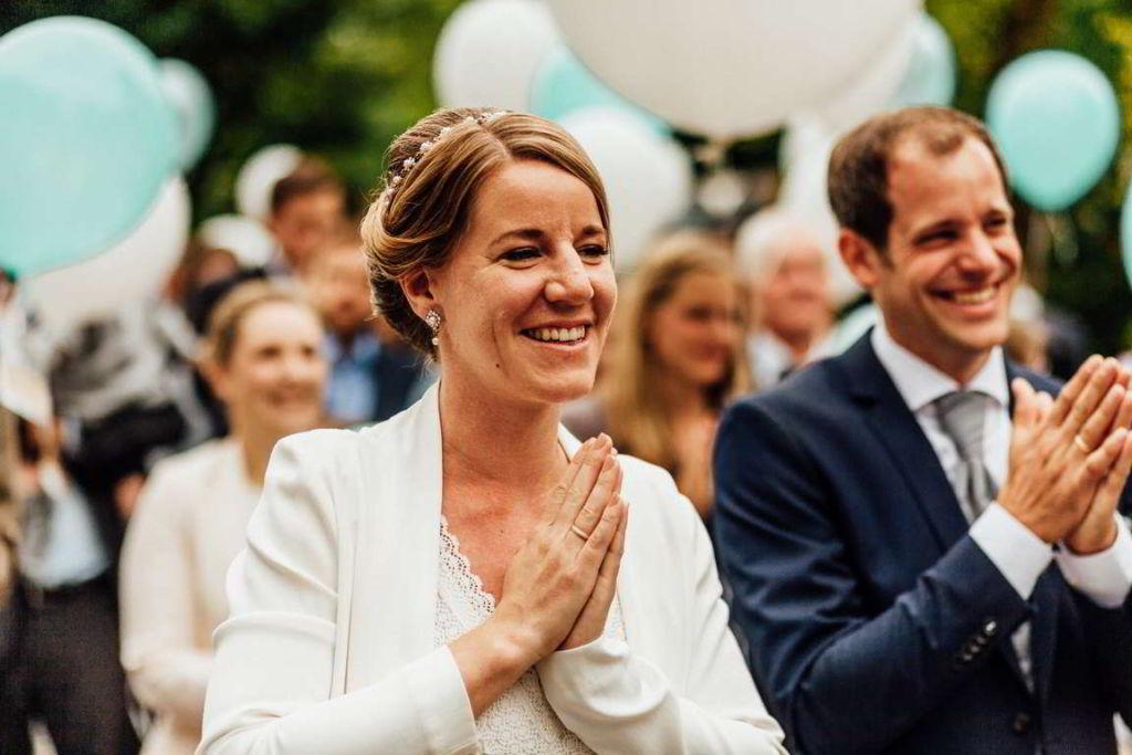 Hochzeitsfotografie Stuttgart Anne und Markus Sektempfang Luftballons
