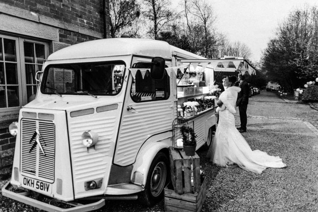 Hochzeitsfotograf Stuttgart Auslandshochzeit Crepewagen Braut