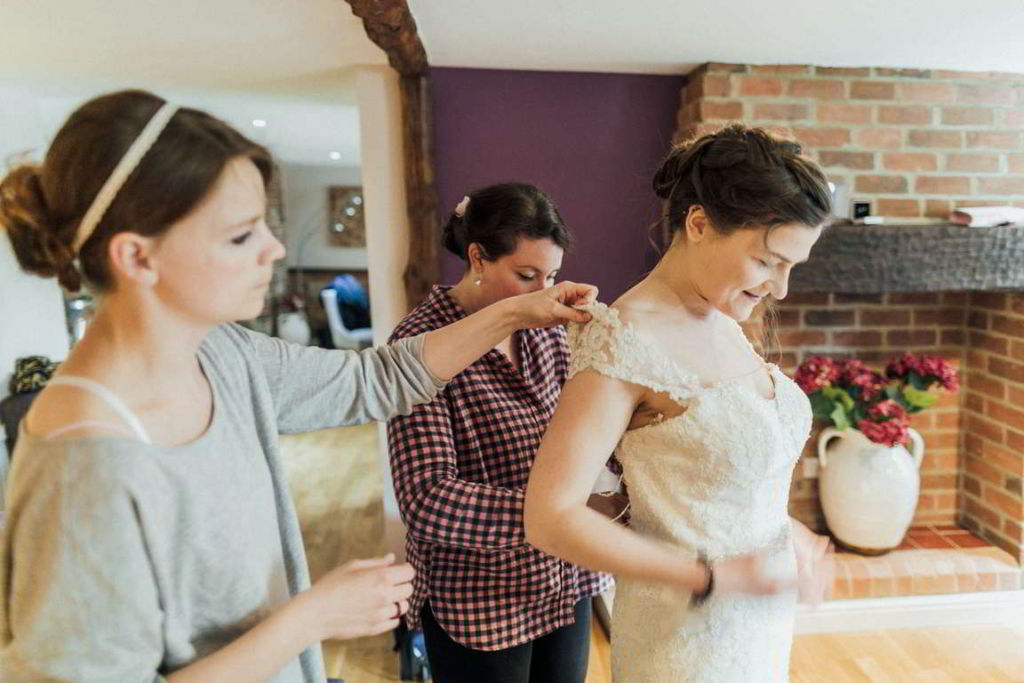 Hochzeitsfotograf Stuttgart Auslandshochzeit Braut ankleiden