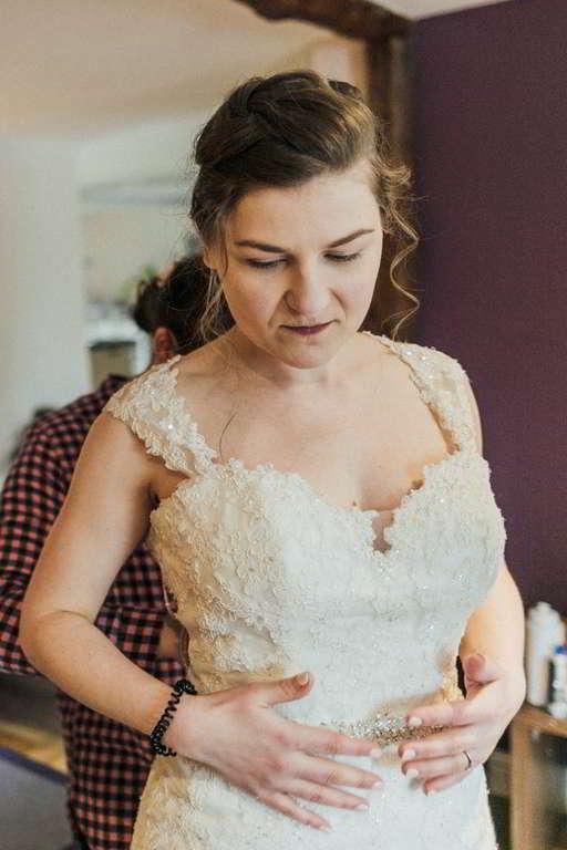 Hochzeitsfotograf Stuttgart Auslandshochzeit Braut Ankleidung