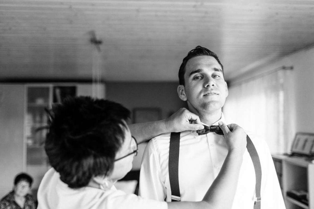 Hochzeitsfotograf Eberdingen Jana und Matthias getting ready ankleiden Fliege