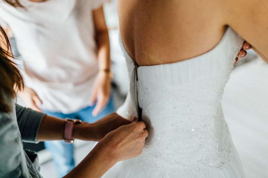 Hochzeitsfotograf Stuttgart - Hochzeit in Eberdingen getting ready Brautkleid