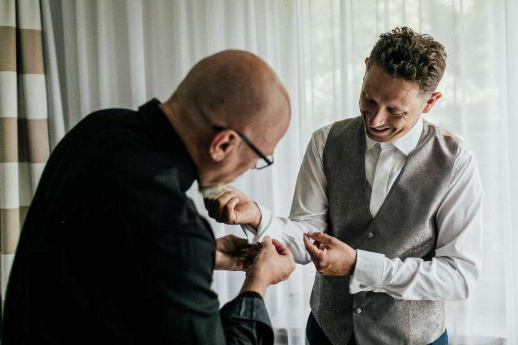 Hochzeitsfotos Melanie und Marc getting ready Hemd