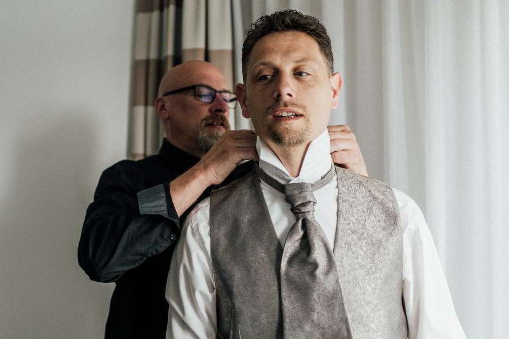 Hochzeitsfotos Melanie und Marc getting ready Hemdkragen