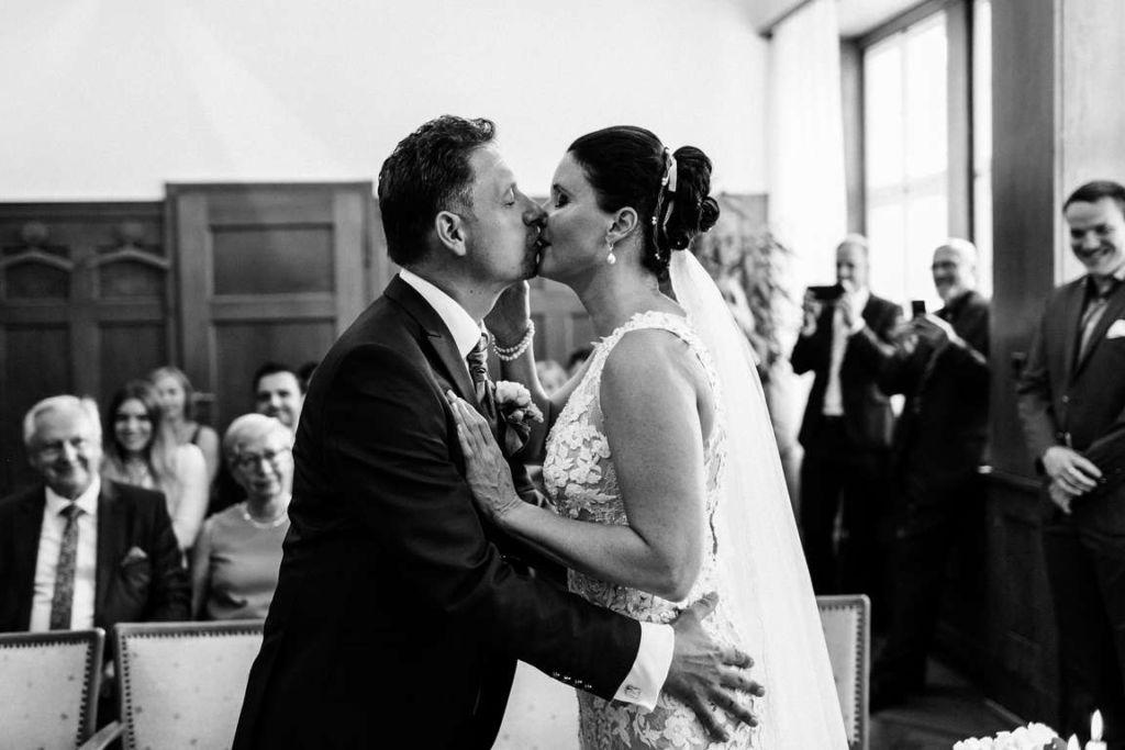 Hochzeitsfotos Melanie und Marc Standesamt Kuss