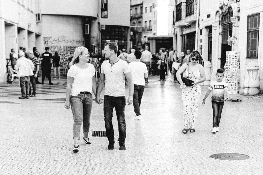 Hochzeitsfotograf Stuttgart Pärchenbilder in Lissabon Einkaufsstrasse
