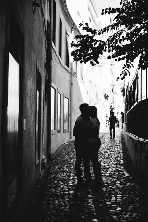 Hochzeitsfotograf Stuttgart Pärchenbilder in Lissabon im Gegenlicht