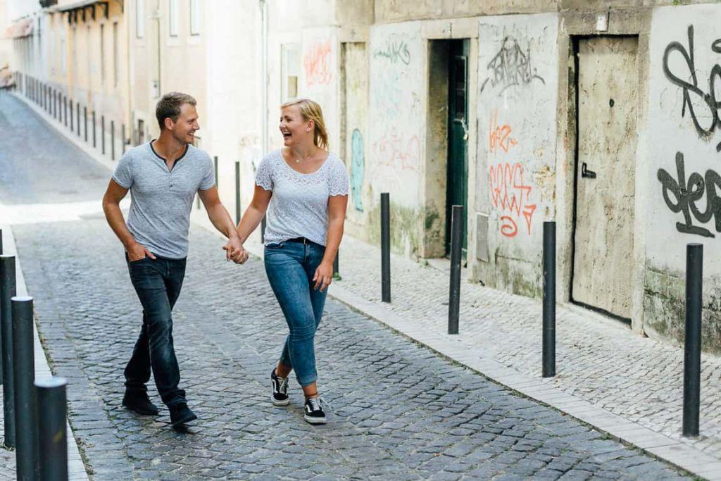 Hochzeitsfotograf Stuttgart Pärchenbilder in Lissabon Straßen von Alfama