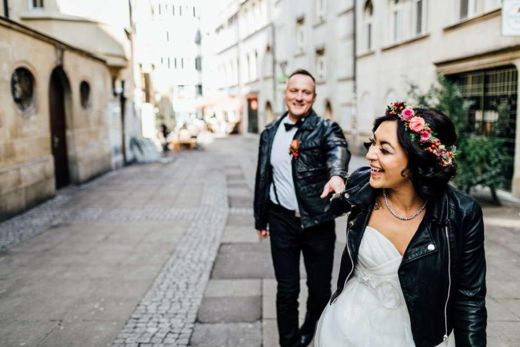 After Wedding Shooting Jasmin und Marco laufen