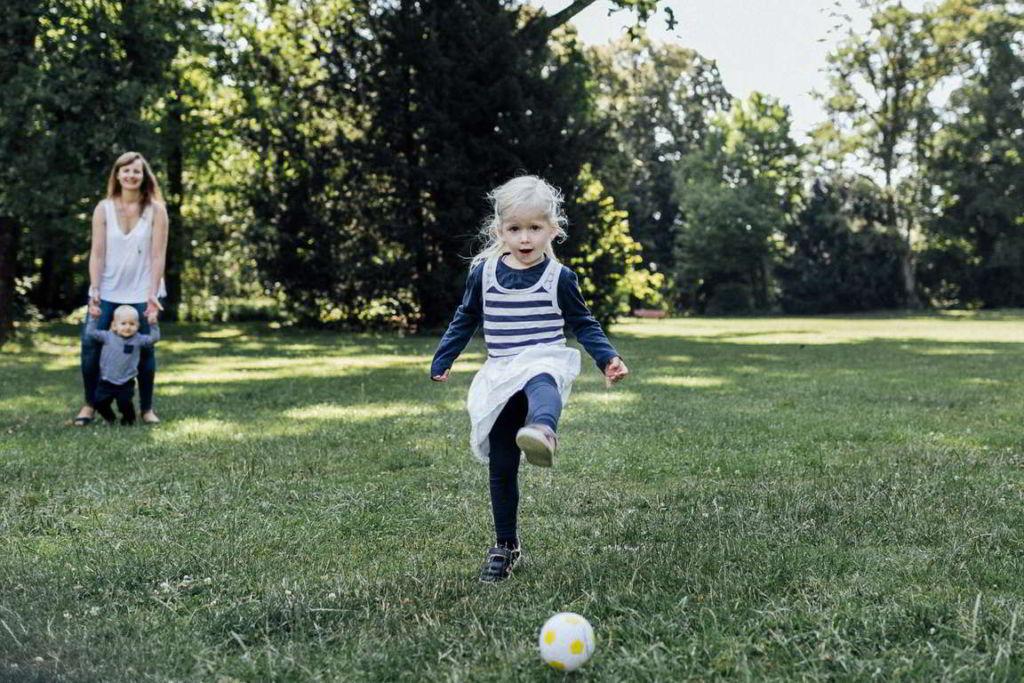 Familienfotograf Stuttgart Elli und Alex girl Fußball