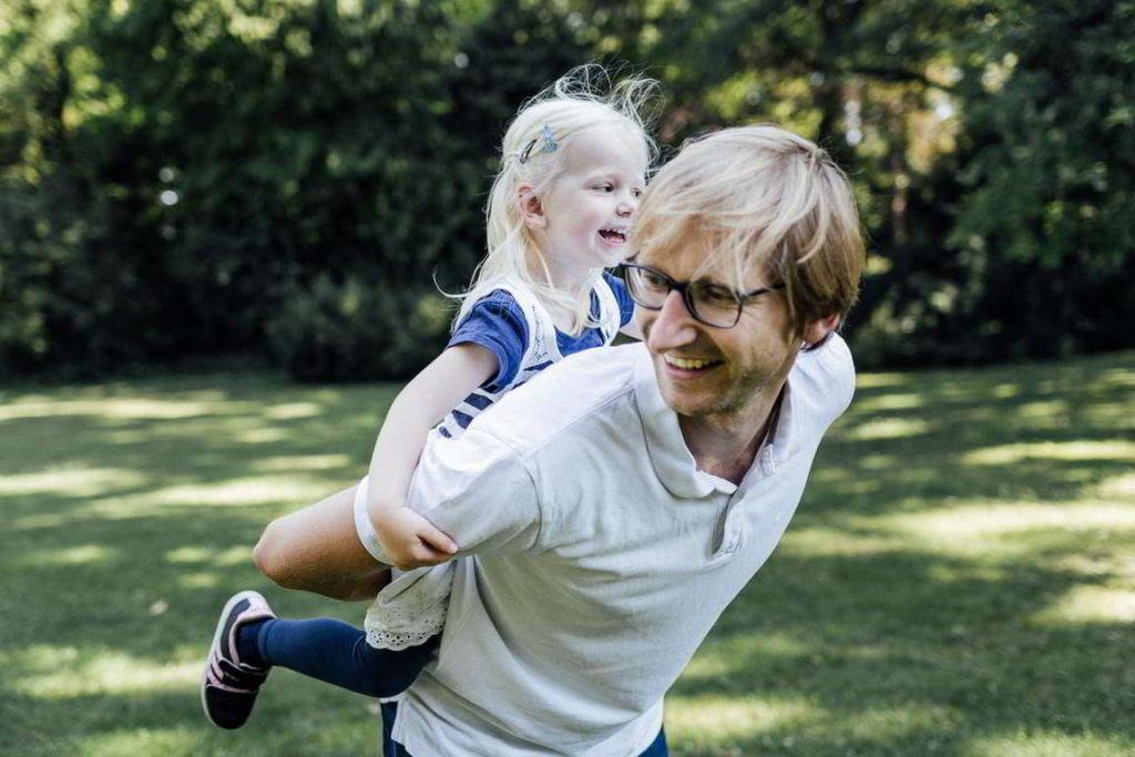 Familienfotograf Stuttgart Elli und Alex Papa spielen