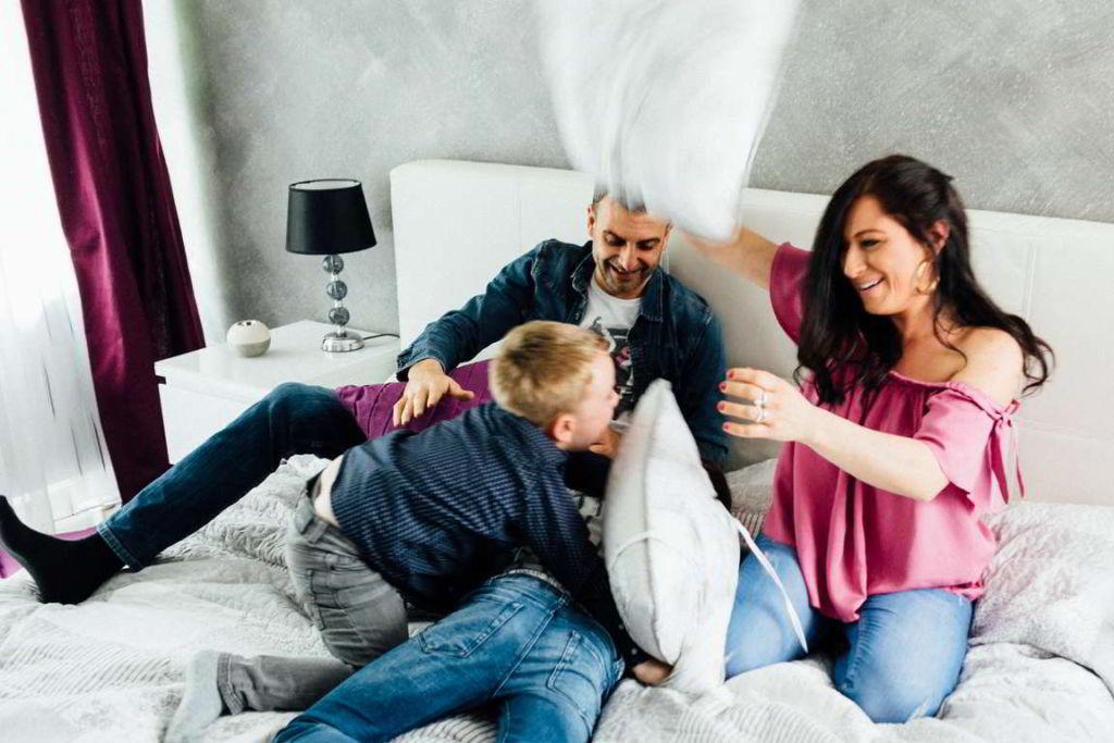 Familienfotograf Stuttgart Lucia und Guiseppe Kissenschlacht