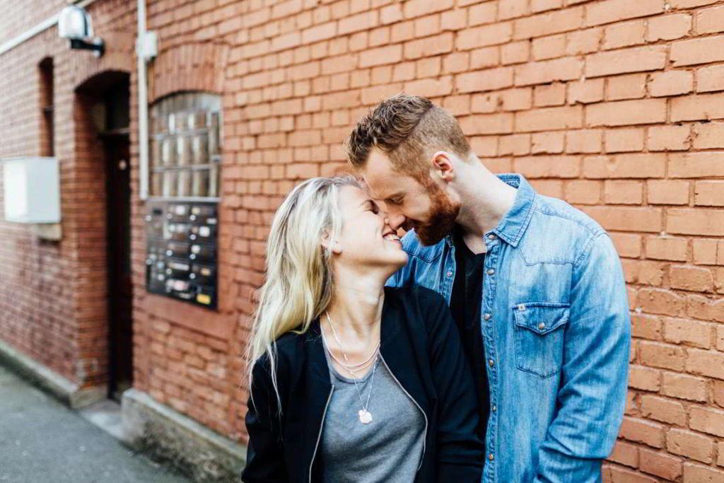Paarfotografie Fotos Paare Sina und Mirko Hauswand