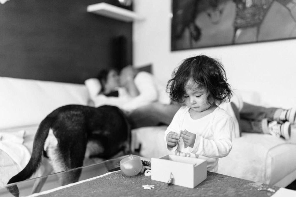 Familienfotograf Stuttgart Yasmin und Mark Kind spielen