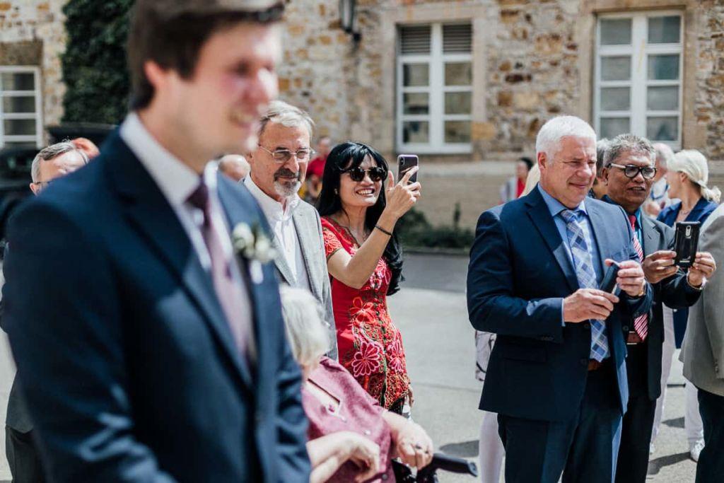 Hochzeitsfotograf Stuttgart Hochzeitslocation Kirchheim Baumstamm sägen