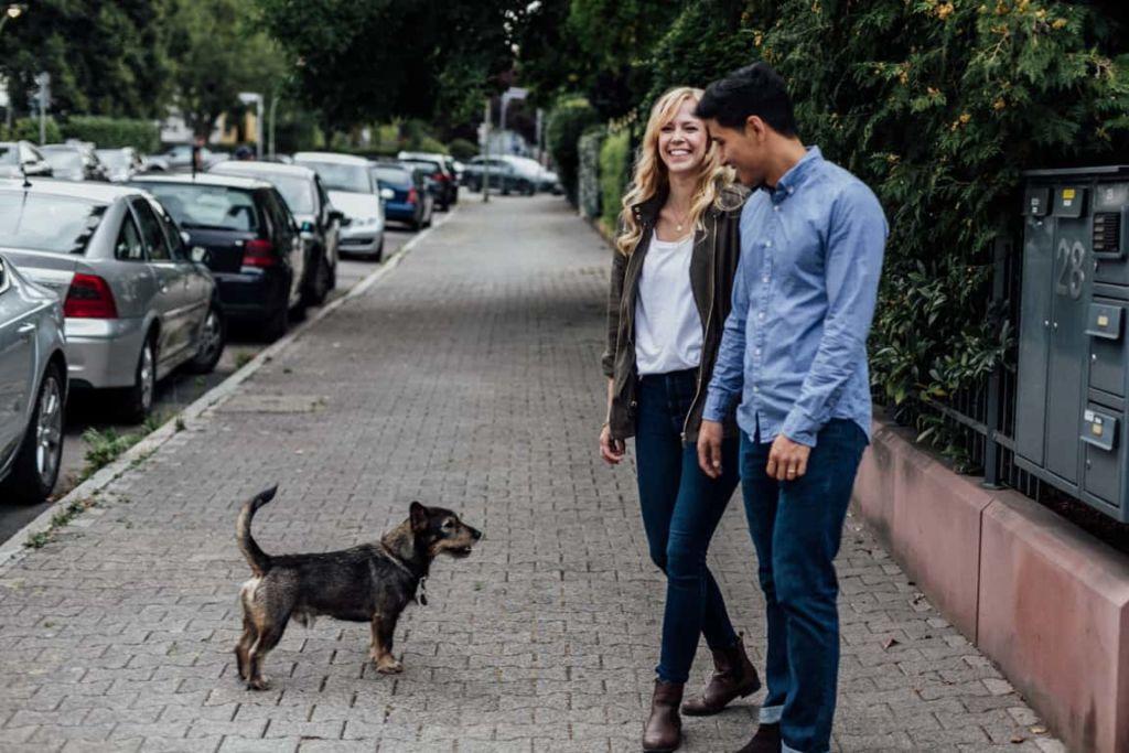 Hochzeitsfotograf Stuttgart Paar Shooting Maria und Daniel Begegnung Hund