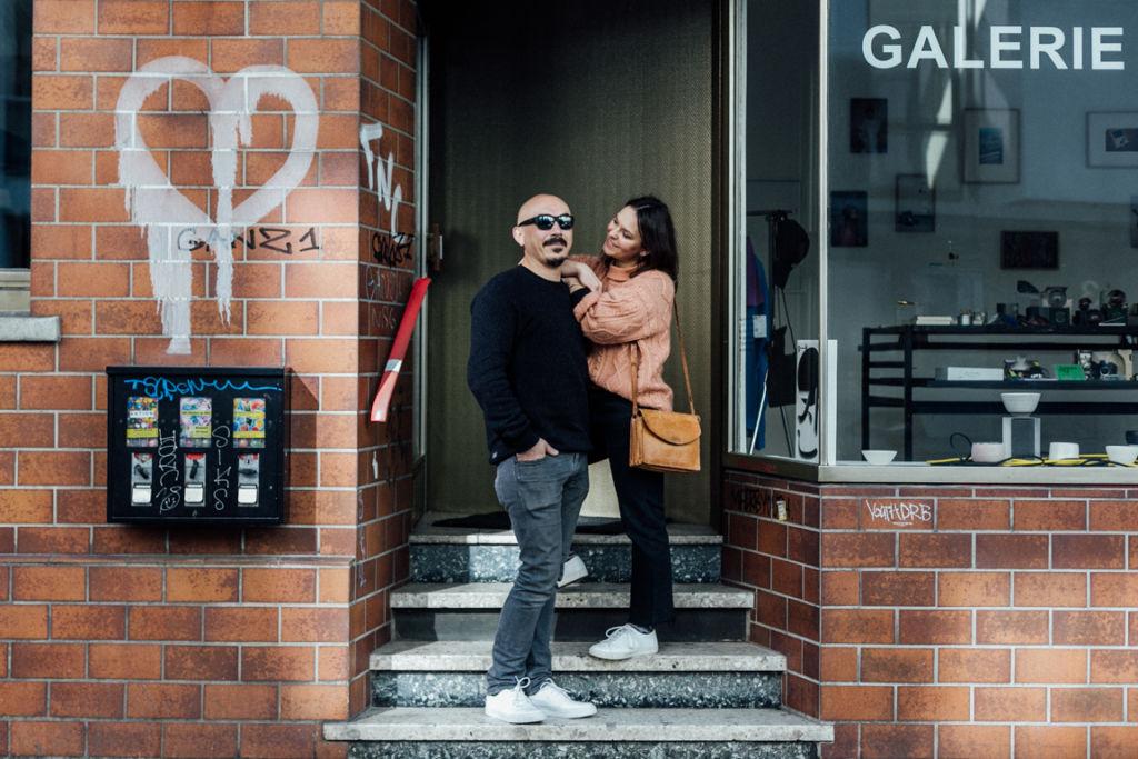 Verliebte Paarfotos in Stuttgart Cafe Eingang