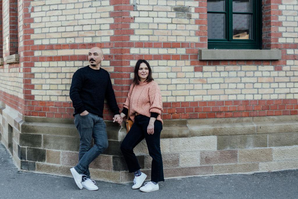 Verliebte Paarfotos in Stuttgart Hausfassade