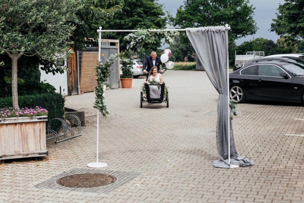 Hochzeitsfotos in Stuttgart Anfahrt Trauung Braut