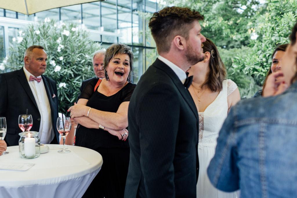Hochzeitsfotos in Stuttgart Sektempfang Freude