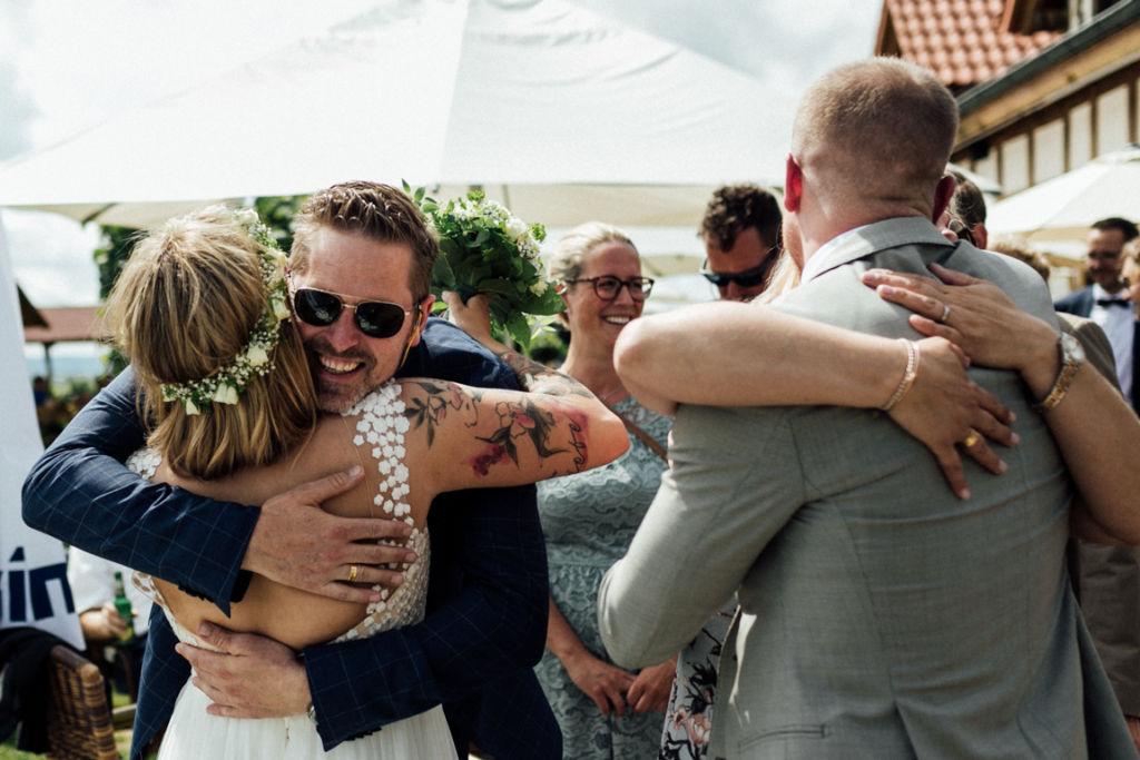 Hochzeitsfotograf für Sportler Gratulation Umarmungen