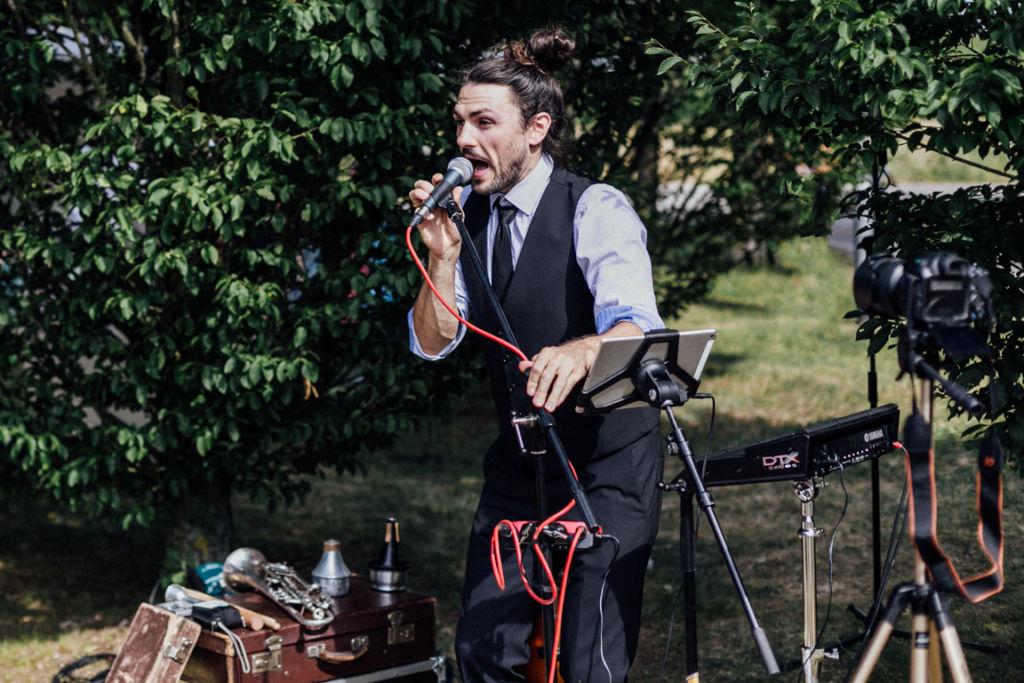 Unkonventionelle Gartenhochzeit Band