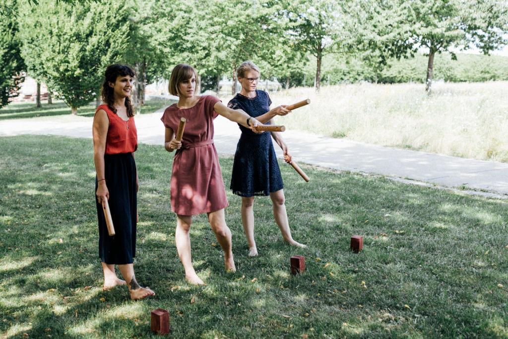 Unkonventionelle Gartenhochzeit Holzspielzeug