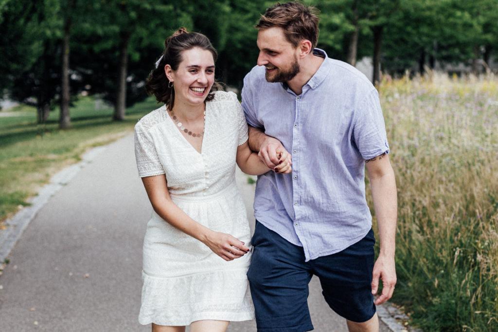 Unkonventionelle Gartenhochzeit Paarbilder Braut und Bräutigam