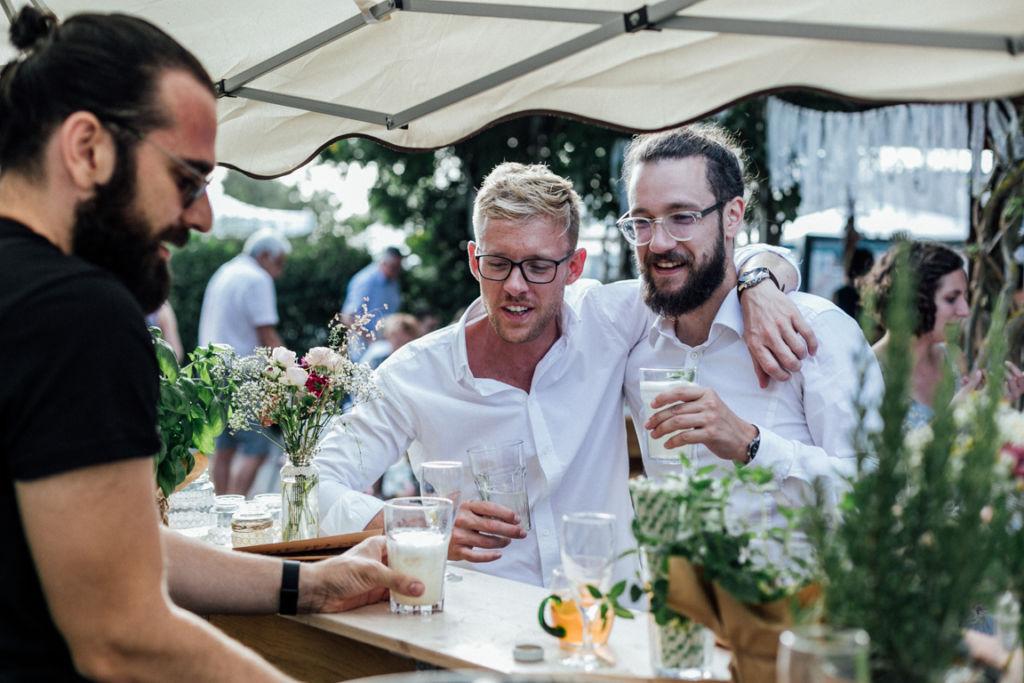 Unkonventionelle Gartenhochzeit in Stuttgart Männer an der Bar