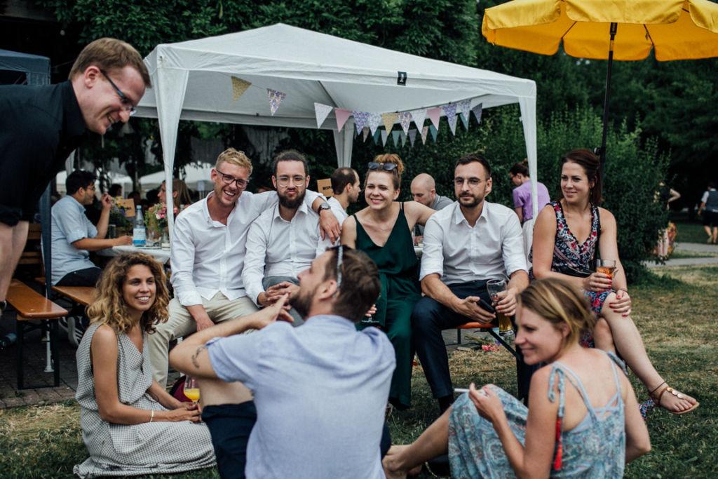 Unkonventionelle Gartenhochzeit in Stuttgart Freundeskreis
