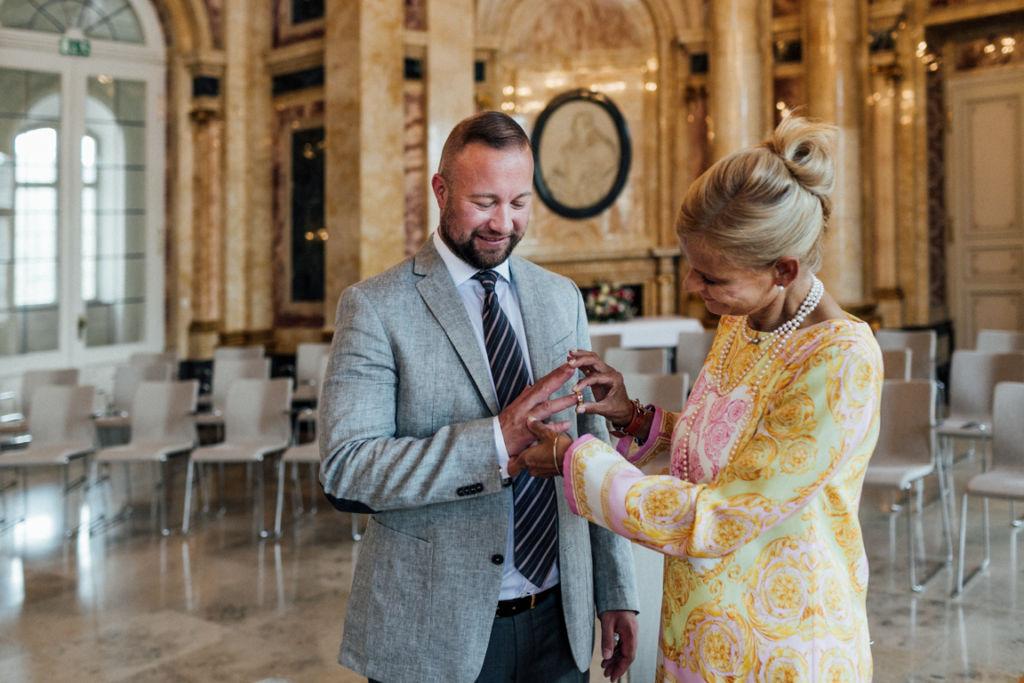 Hochzeit im Neuen Schloss Stuttgart Ringe anstecken